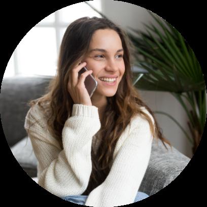 Kvinna pratar i telefon med sitt elbolag@2x
